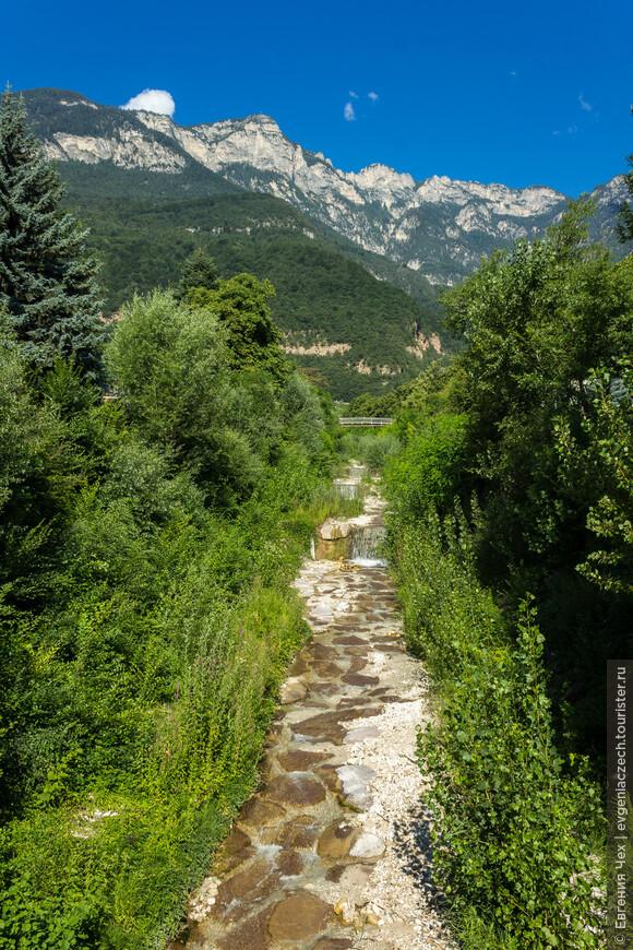 Через  деревню протекает романтичный ручеек