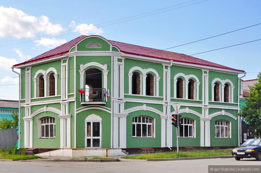 12. В данном случае с восстановление перестарались, выглядит как новодел. Хотя это явно старинное здание.