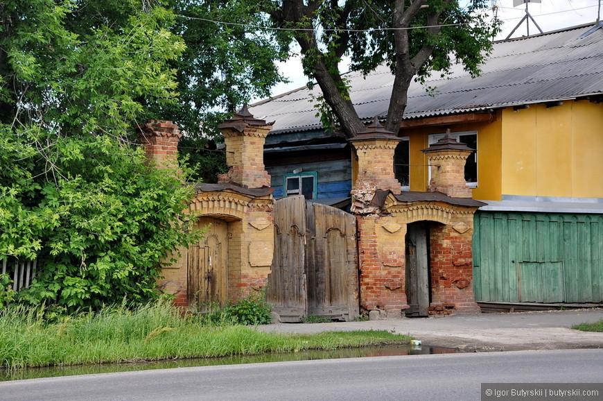 15. Опять шикарные ворота. Есть города в которых часто встречаются резные наличники на окнах. В Шадринске чаще встречаются такие арки и колонны на воротах.