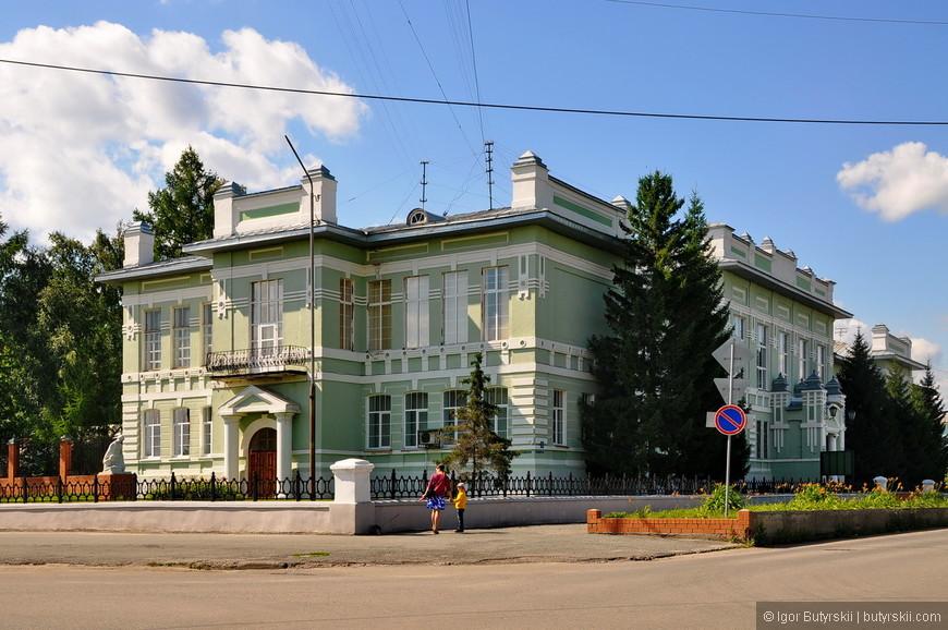22. Судя по всему, здание администрации города (или района).