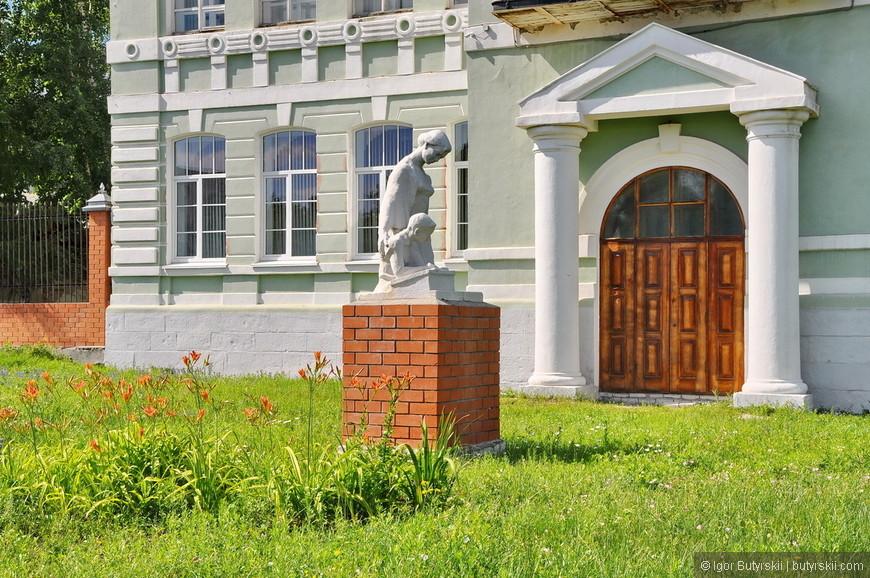 31. Интересная скульптура возле учебного заведения. Все выглядит очень красиво, сдержанно и аккуратно.