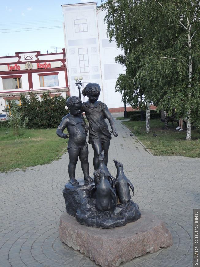 """Скульптура """"Дети, кормящие пингвинов"""""""