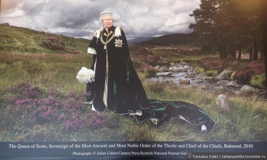 Елизавета II на фоне шотландского пейзажа - вереск и пустошь. Но какая мантия ордена Чертополоха!!