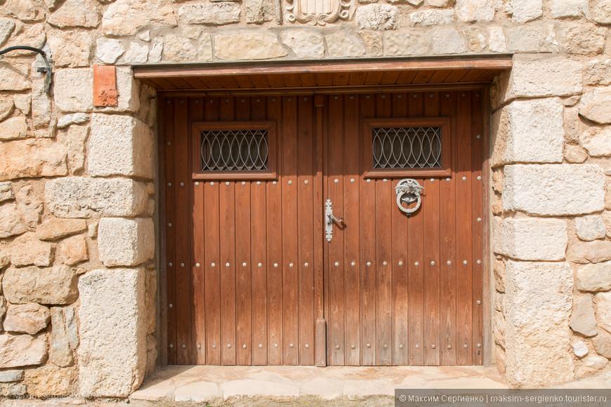 Запомнились у них очень красивые двери. Все в хорошем состоянии. Сфоткал несколько.