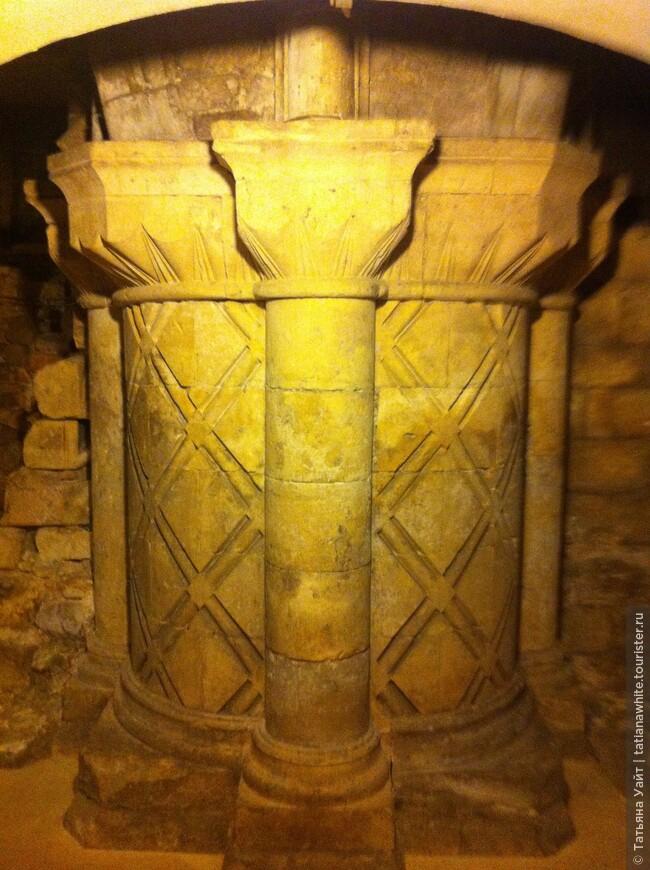 Тяжёлые норманские колонны...Сейчас можно их увидеть в крипте собора