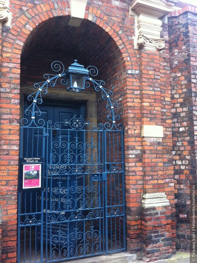 Ворота в место привидений. Может и хорошо, что они закрыты.