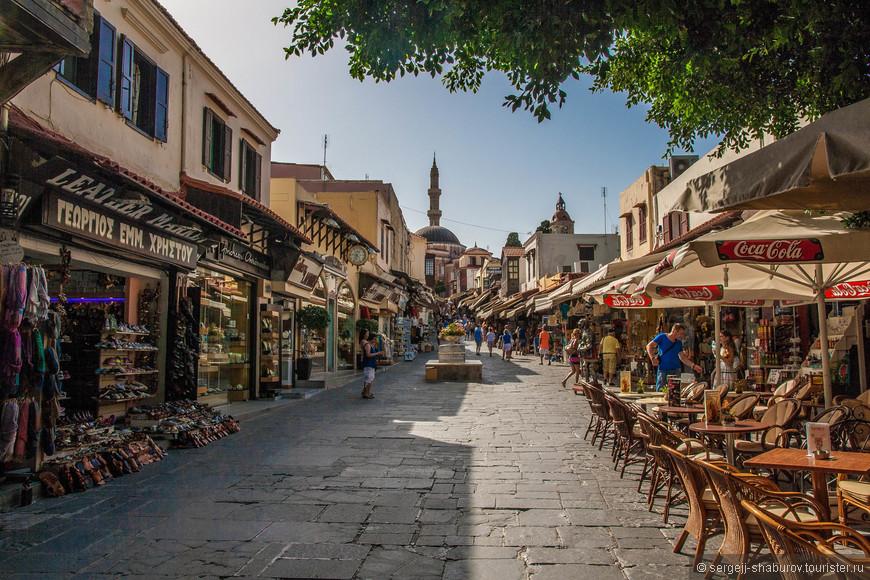 На улочках Старого города.Мечеть Сулеймана видна в конце улицы.