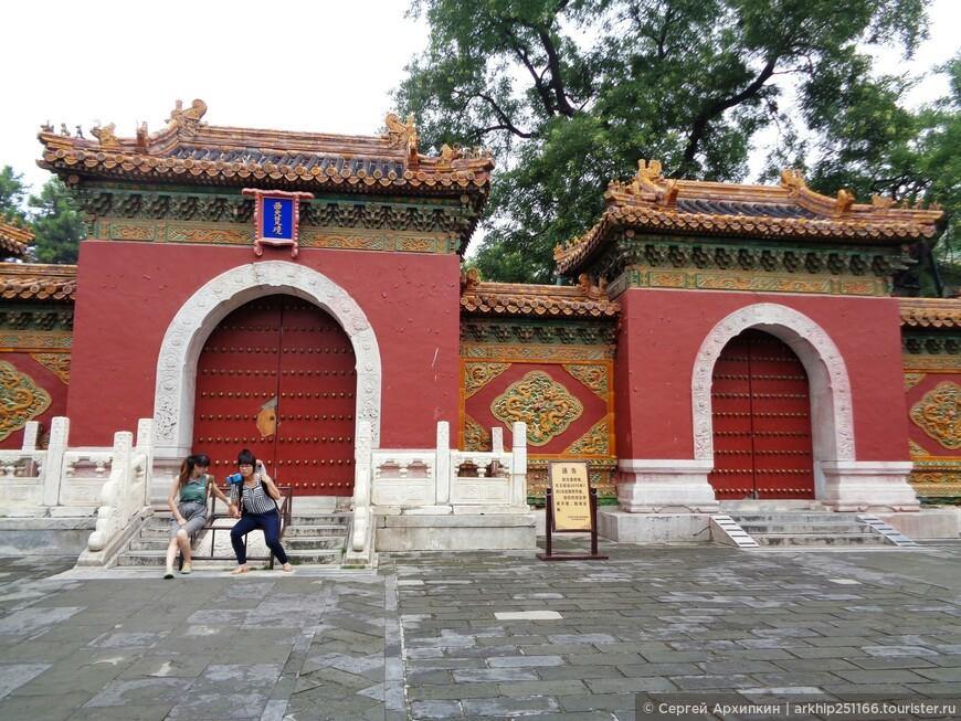 Парк Бэйхай один из самых старых императорских парков в Пекине.