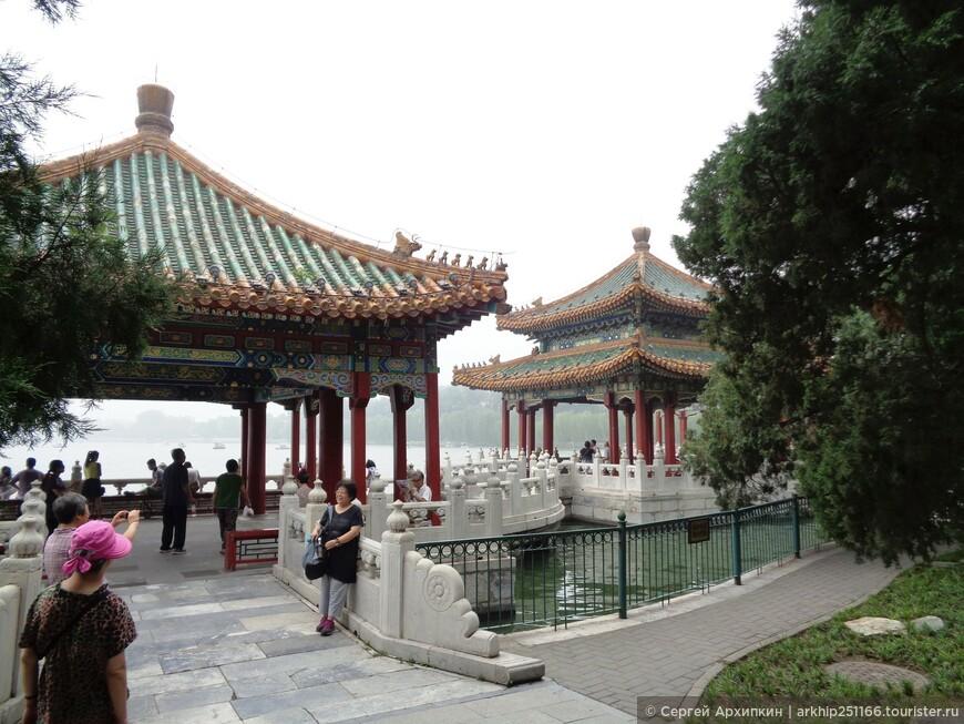 Парк Бэйхай популярное место отдыха горожан.