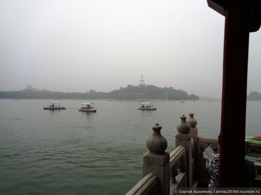 Вдали в центре озера - Нефритовый остров- созданный искусственно средневековыми китайцами в 12 веке!