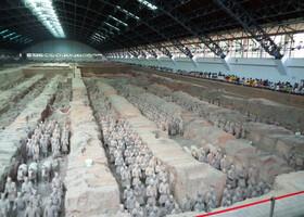 Заходим в главный павильон ,где и были откопаны воины Терракотовой армии