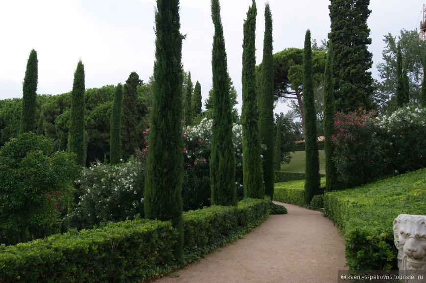 Такие вот ухоженные сады с фигурно выстриженными деревьями и кустарниками - моя большая слабость!
