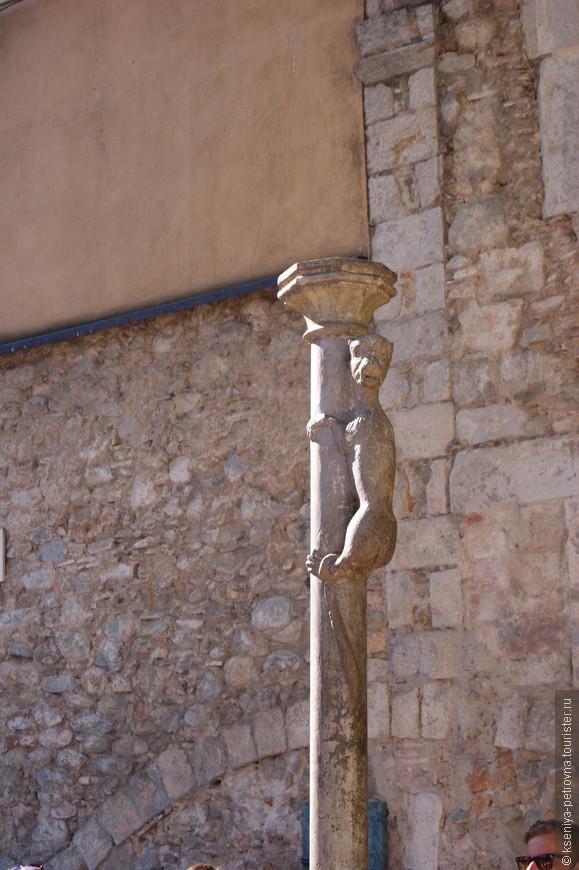 А это Жиронская львица (по крайней мере, во времена Средневековья так представляли этих животных). Если поцеловать ее угадайте куда, то будет вам безграничное счастье:)