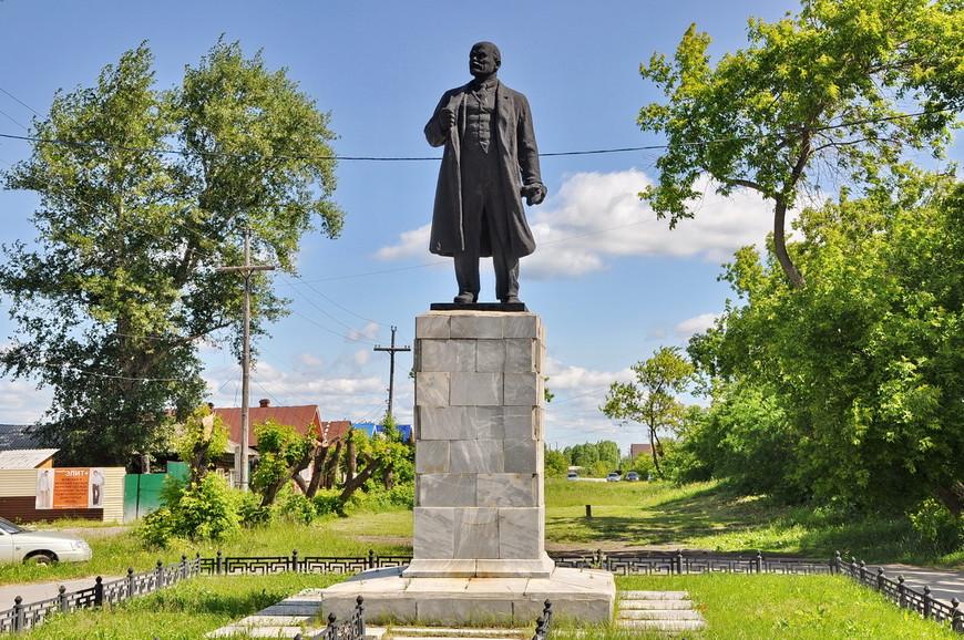 10. Памятник Ленину, а на заднем плане – аллея, поросшая, дикая аллея.