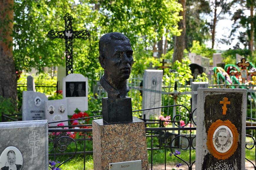 13. Сюда даже водят экскурсии. Многие могилы оформлены с использованием каслинского литья.