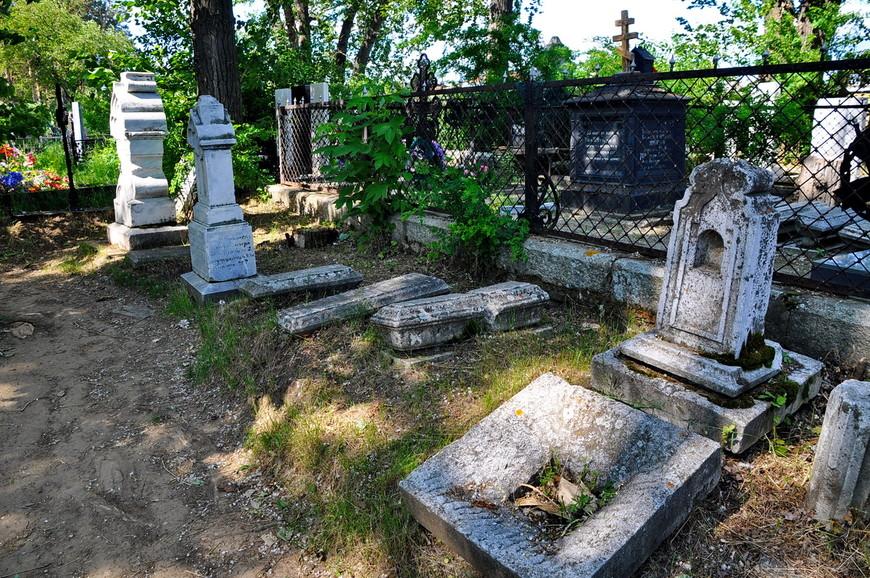 14. Но есть множество каменных надгробий. Нестандартных и довольно редко встречающихся.