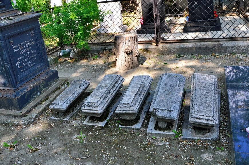 16. Очень интересная реализация, не встречал такие могилки. Они еще по размеру разные.