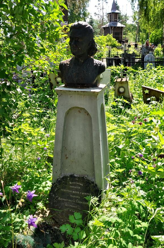 18. Очень много литья. Бюсты, памятники, надгробия – многие литые. Хотя само кладбище выглядит несколько «диким».