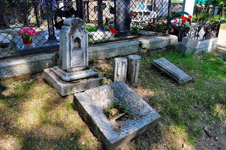 19. Комплекс, видимо, распался, но все сложили рядышком. Вспомнилось, что на кладбище было жуткое количество комаров.
