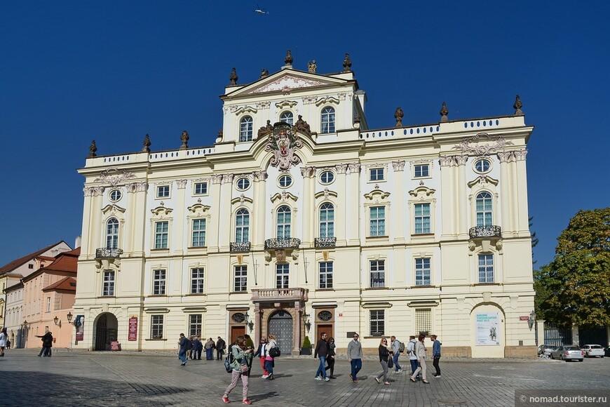 Градчанская площадь, Архиепископский Дворец