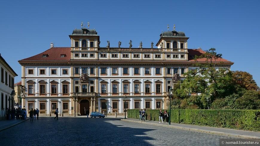 Градчанская площадь, Тосканский дворец