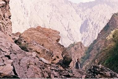 в Дарьяльском ущелье скалы,скалы,скалы