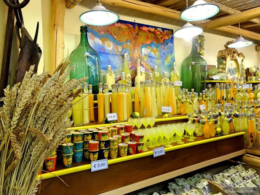 Типичный продукт региона Кампания - ликер лимончелло, настаиваемый на лимонной кожуре. Регион богат лимонами - их собирают по четыре урожая в год. Однако на цене лимонов в магазинах такое изобилие не отражается, цены на лимоны начинаются от 3 евро за килограмм.