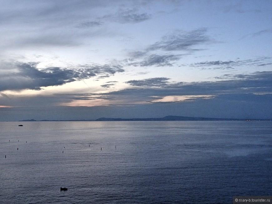 Пастельные закатные краски. Мы прожили в Сорренто 5 дней, и не видели ни одного яркого заката. Не знаю, совпадение ли это, или особенности времени и места.