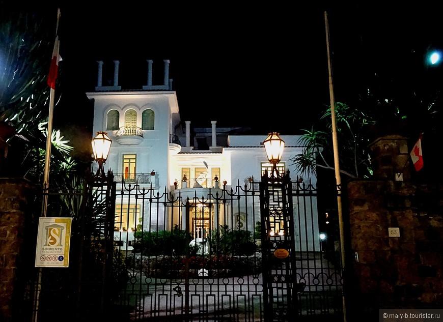 Сочетание классической архитектуры и кактусов - вот оно, истинно южное очарование