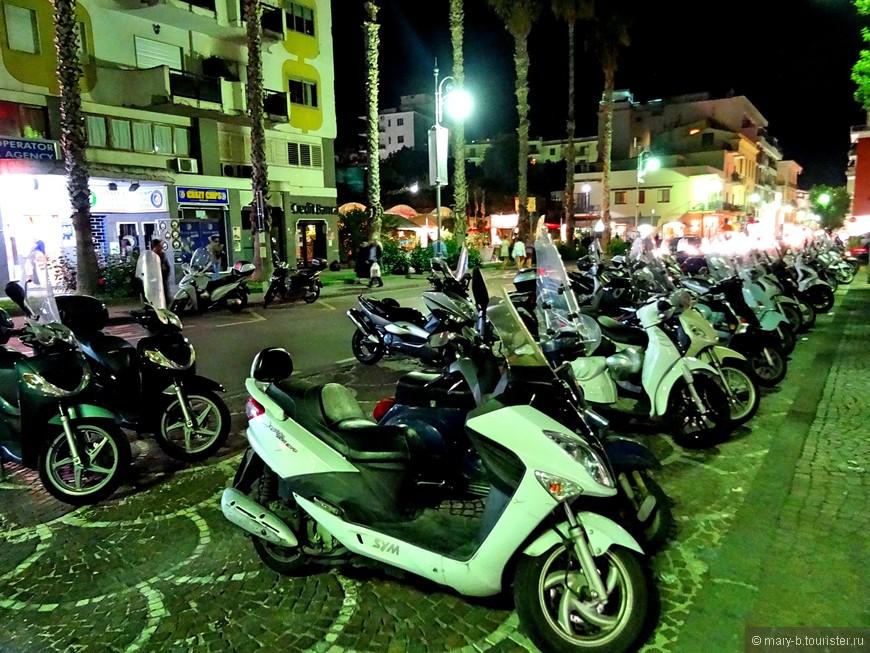 Самый распространенный транспорт в городе - это мотоциклы, скутеры, мопеды. Велосипедов мало, видимо, по причине того, что город расположен на скалах и подъемы могут быть весьма утомительными