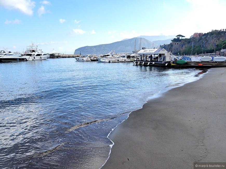 Песок на пляжах в районе Сорренто черный, он вулканического происхождения