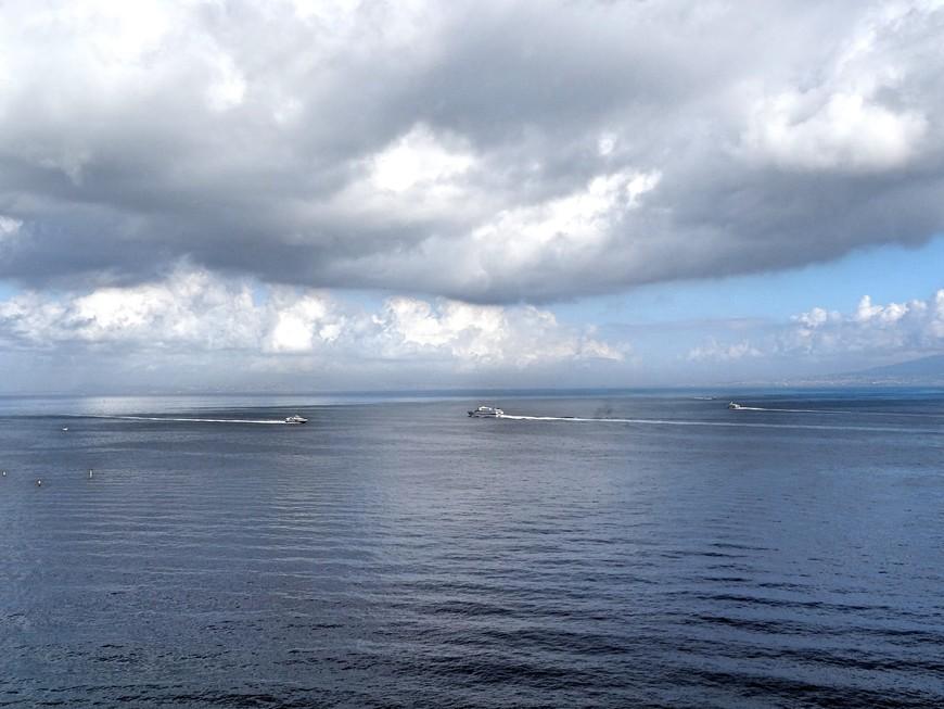 Больших круизных лайнеров на приколе возле Сорренто замечено не было, но акватория близ города полна небольшими судами.
