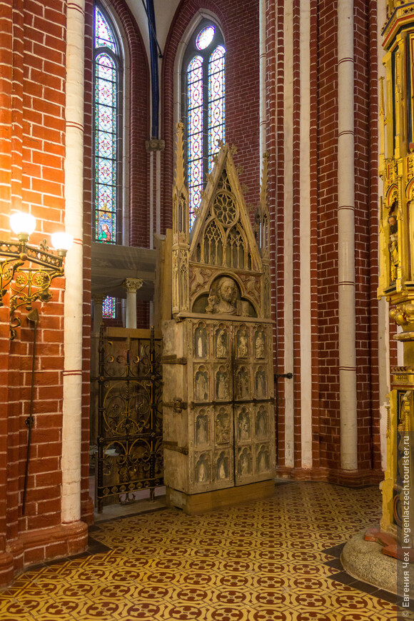 Одно из сокровищ собора - шкаф для хранения cв. чаши Kelchschrank (1300)
