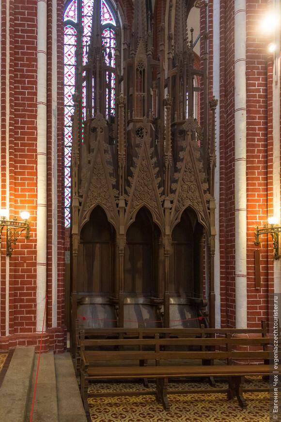 Старейшие хоры Levitengestühl, выполнены в 1300 году. Здесь заседали цензоры.