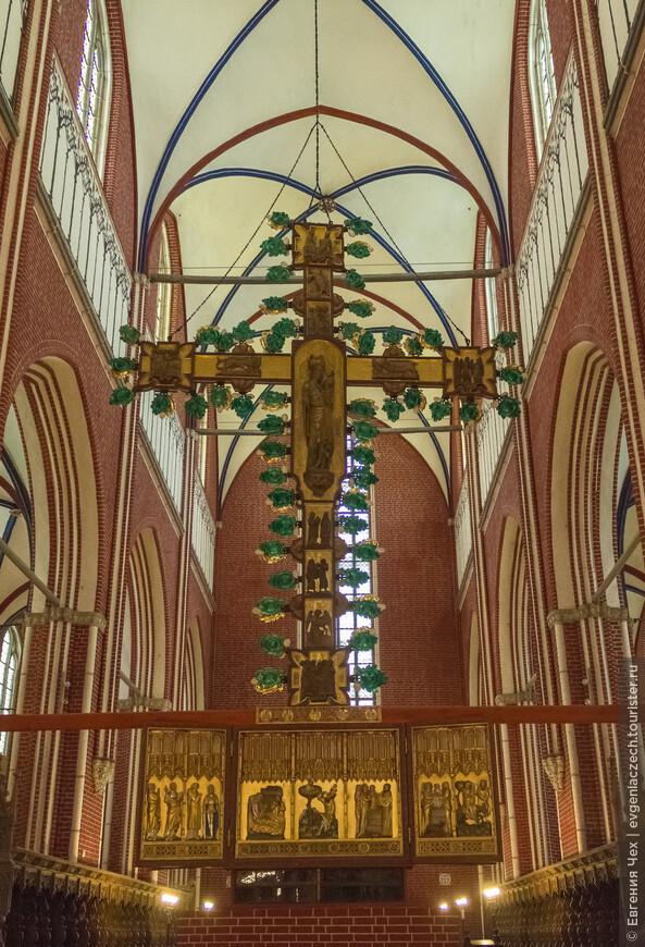 С обратной стороны триумфального креста - изображение Марии