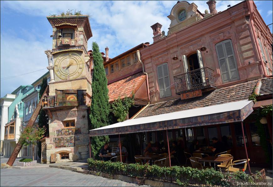 Театр марионеток Резо Габриадзе с необычной часовой башней, Тбилиси.