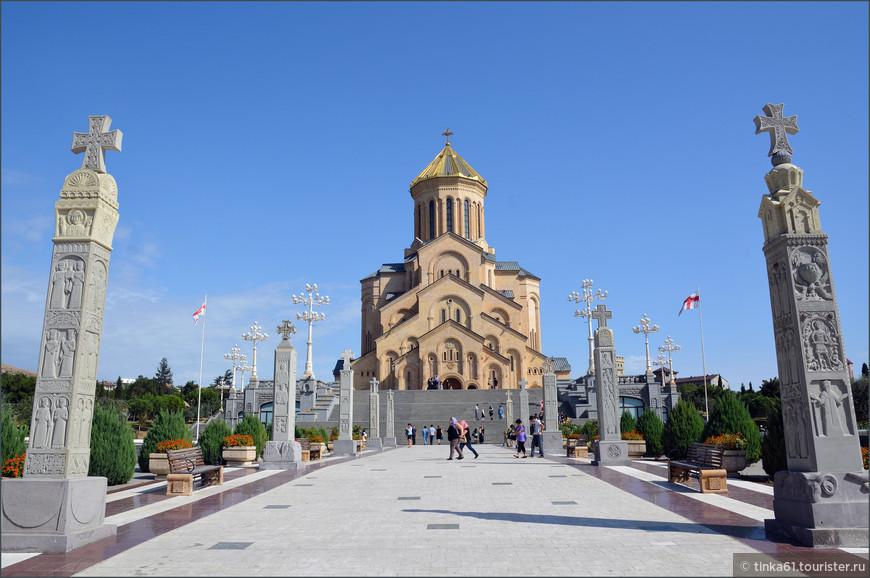 Цминда Самеба - главный кафедральный собор Грузинской православной церкви. Новодел, но смотрится весьма импозантно.