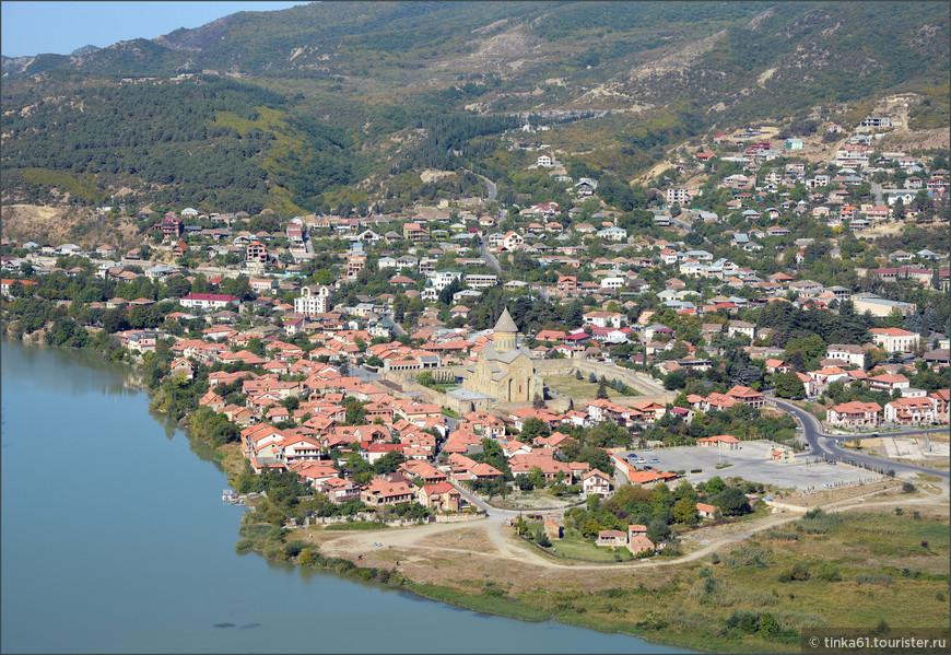 Вид на Мцхету с вершины монастыря Джвари.