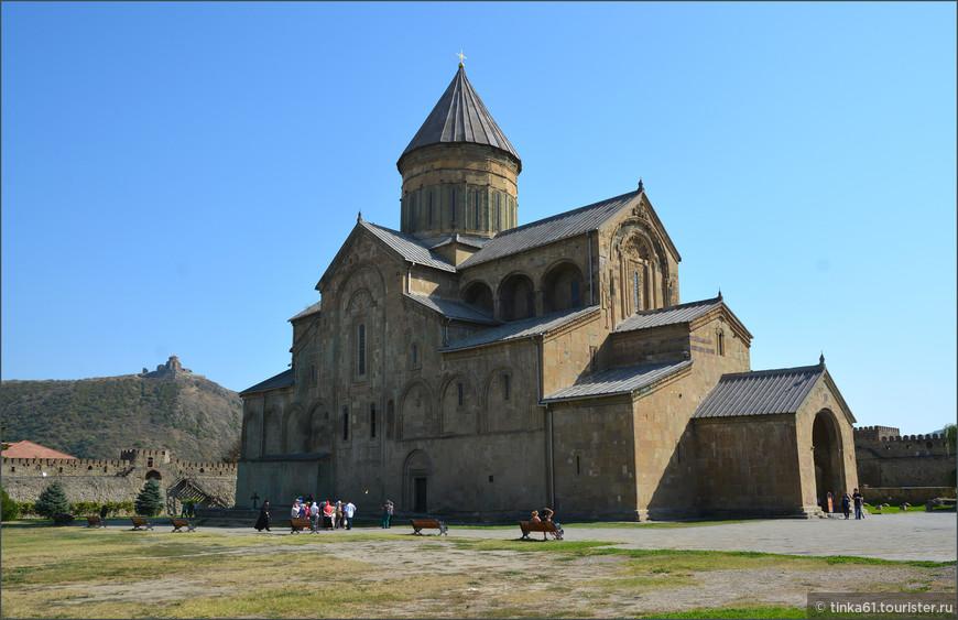 """Светицховели  - первый и главный храм в Грузии, название которого переводят как """"животворящий столб"""". Очень большой и очень впечатляющий храм Мцхеты."""