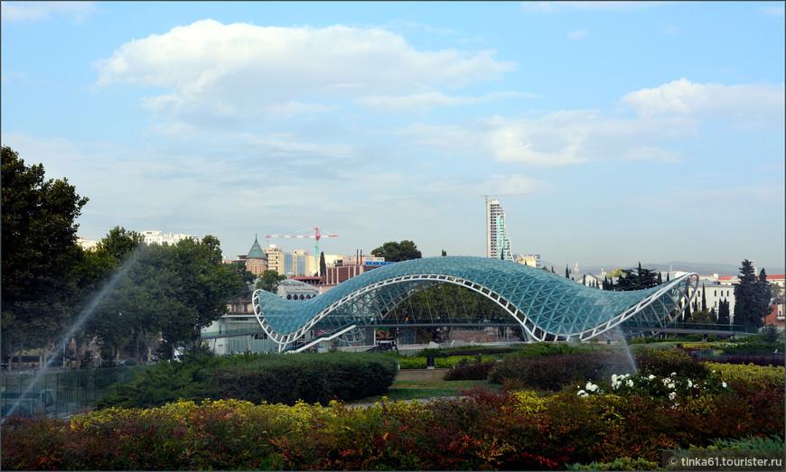 Мост Мира стал настоящим украшением Тбилиси.