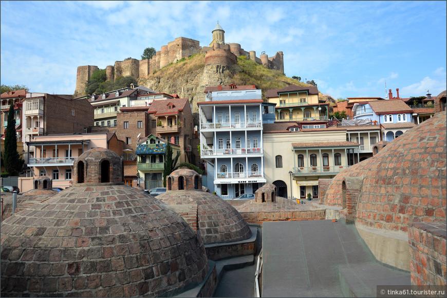 Вид на крепость Нарикала со стороны  серных бань Абанотубани.