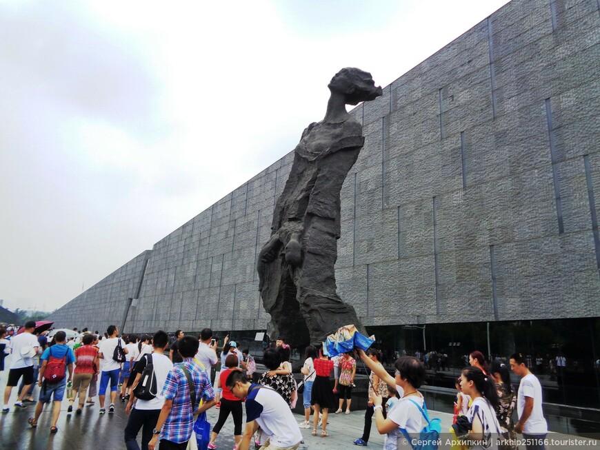 От  Центрального железнодорожного вокзала к первой достопримечательности города - Нанкинскому мемориалу геноцида - я приехал на метро