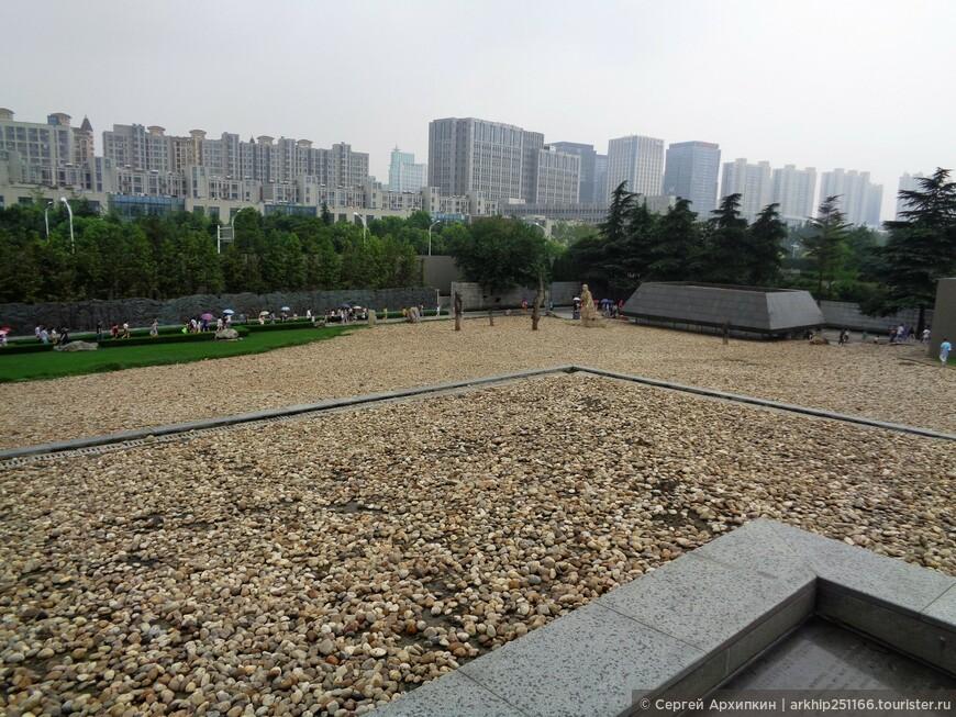 Весь периметр вдали от мемориала застроен современными домами