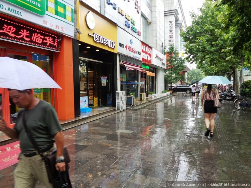 Дождь все продолжался, но у меня уже с Пекина был зонт поэтому я направился к  средневековой городской стене Нанкина