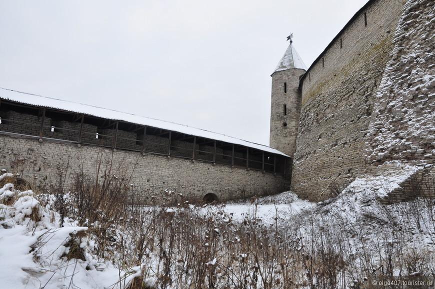 Крепостные стены Кремля внутри...