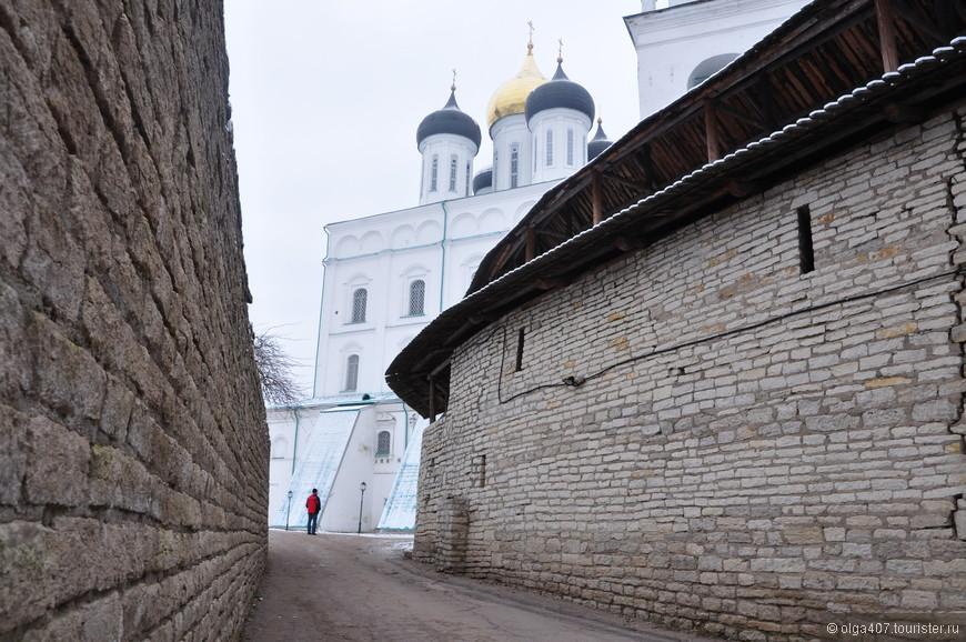 Свято-Троицкий кафедральный собор - центральное сооружение Псковского кремля. Этот храм - одна из главных достопримечательностей Пскова. В Х веке он был основан по распоряжению княгини Ольги, однако дошедшее до наших дней строение - четвертое по счету. Все предыдущие варианты собора разрушались по разным причинам, но каждый раз храм отстраивали заново. Нынешнее сооружение возвели в 1699 году.