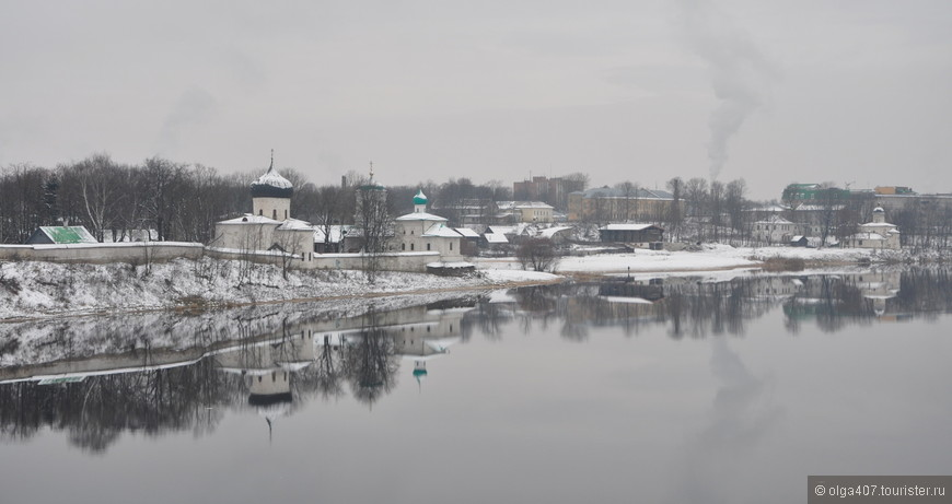 Монастырь расположен на левом живописном берегу реки Великой, там, где в нее впадает небольшая речушка Мирожа.  Если идти к монастырю пешком, то с моста открываются великолепные виды.