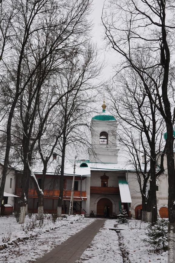 Святые врата, колокольня и Стефановская церковь