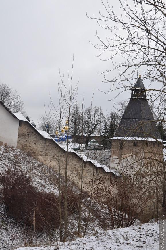 Оборонительные стены монастыря.