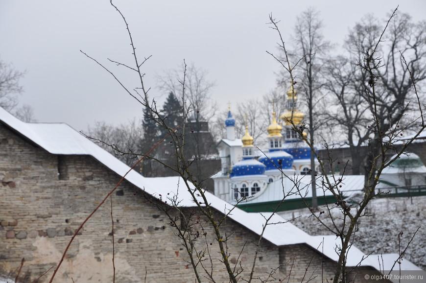 Вид на Псково-Печерский монастырь